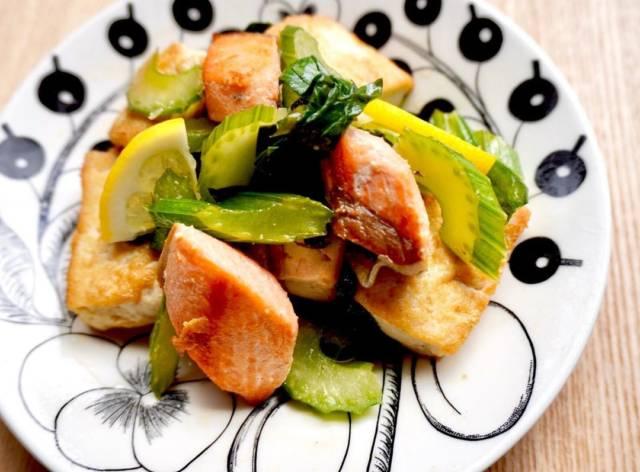 鮭と豆腐のセロリ炒め