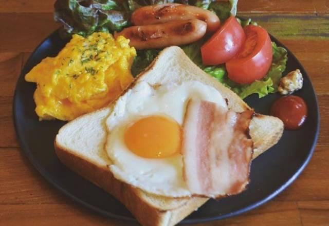 目玉焼きトーストの朝食プレート
