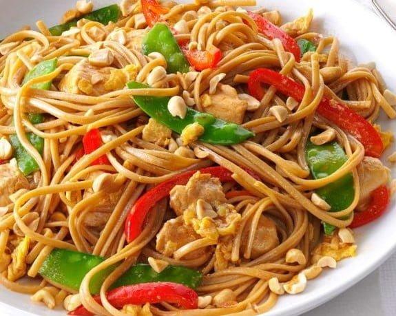 タイ風の鶏肉パスタ麺
