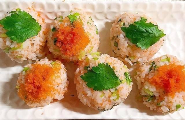 三つ葉ととびこの手まり寿司